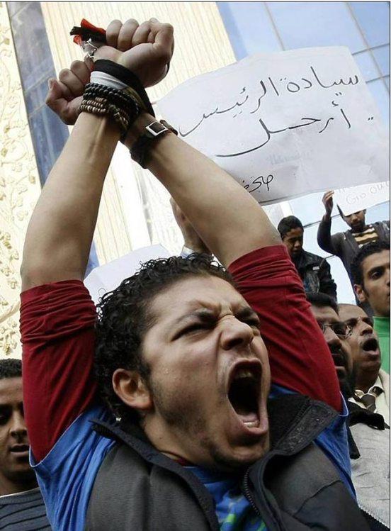 صور أرشفية من قلب أحداث الثورة Revolution-anger-in-egypt-391