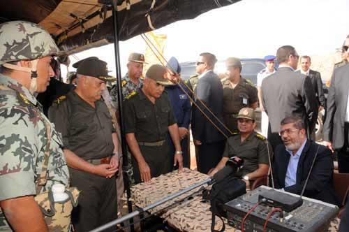 في الصورة الرئيس ووزير الدفاع يتفقدون جهاز القرارات الحاسمة